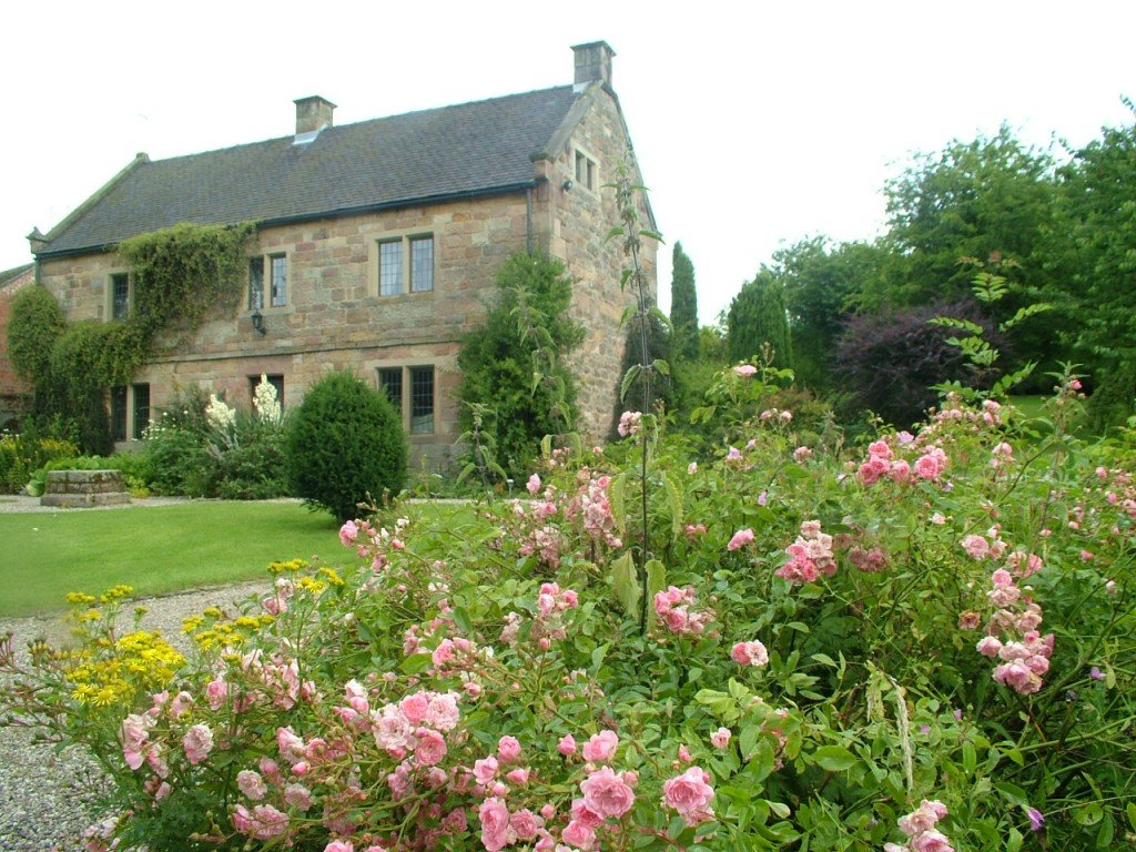 large luxury self catering Derbyshire self catering cottage with hot tub for parties